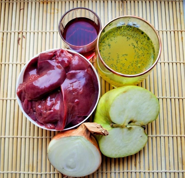 Ингредиенты для куриной печени с луком и яблоками