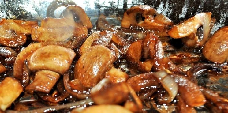добавь бальзамический уксус - Кукурузная каша с луком и грибами в бальзамическом уксусе 2
