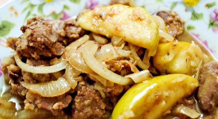 Куриная печень с луком и яблоками 4