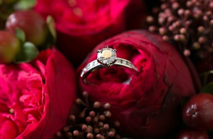 Кольцо на цветке