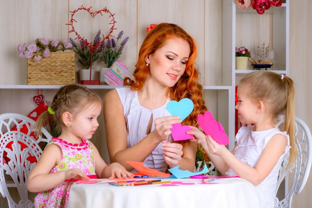 Девушка с детьми делает открытки