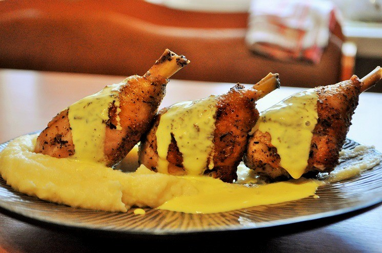 Куриная голень в пряных травах с картофельно-сельдереевым пюре и сырным соусом