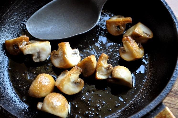 Обжарить на раскаленной сковороде - Куриный рулет с сыром и салями