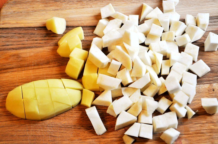 Почистите и нарежьте картофель