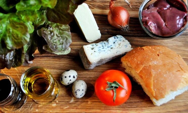 Продукты для салата с куриной печенью с сыром Дорблю