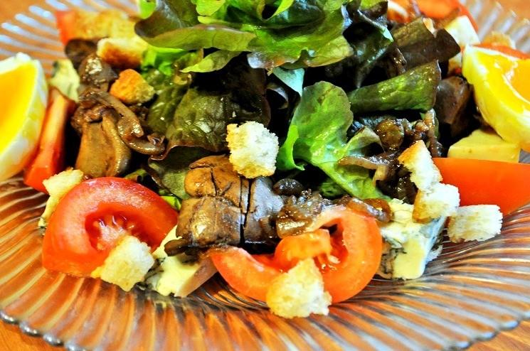 Салат с куриной печенью и сыром Дорблю