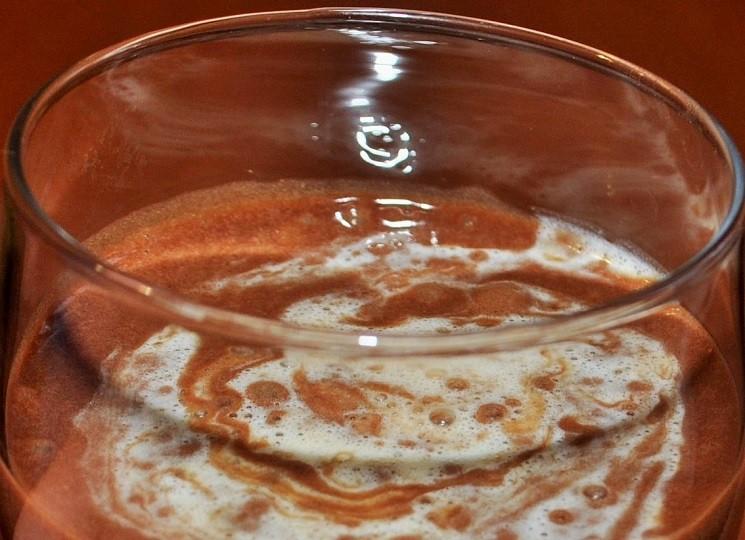 Оформление - По верх шоколадного мусса налить заварной крем и распределить его по всей поверхности