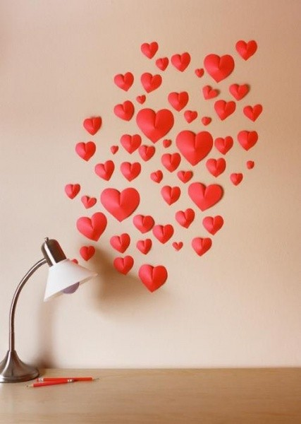 Украшение сердечками стены в качестве сюрприза на День Святого Валентина