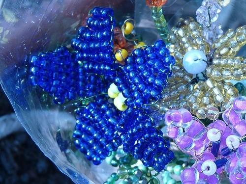60 видов чудесных цветочных композиций из бисера