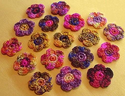 Декорирование чехла для мобильного телефона вязаными цветами и листьями