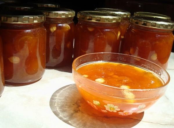 Варенье из абрикос с зернышками из косточек
