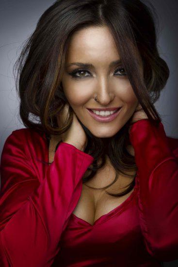Аня Добрыднева улыбается