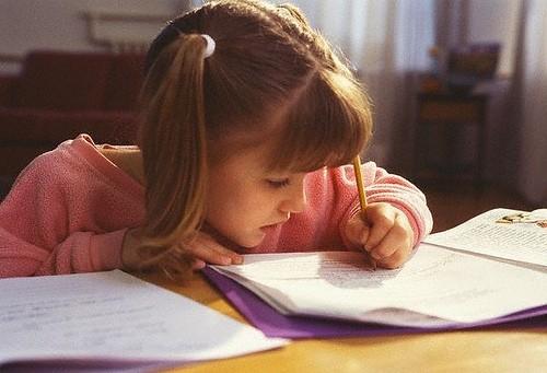 Нужно ли переучивать ребенка-левшу писать правой рукой?