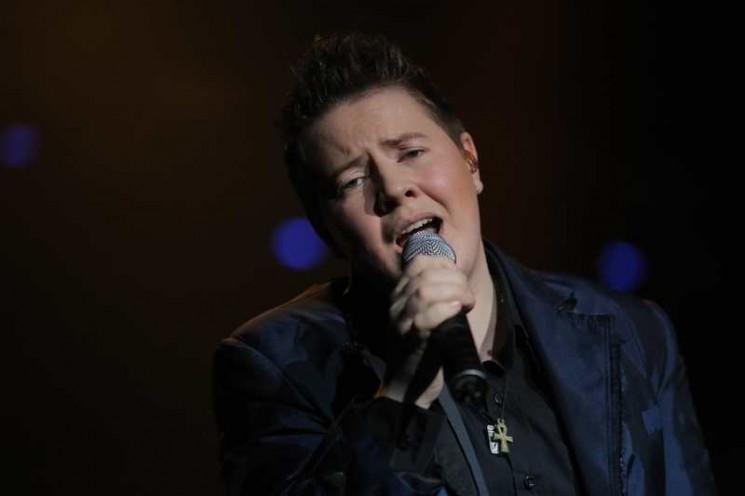Евгений Литвинкович поет с микрофоном