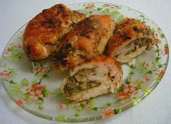 Куриные рулетики, фаршированные грецкими орехами и грибами