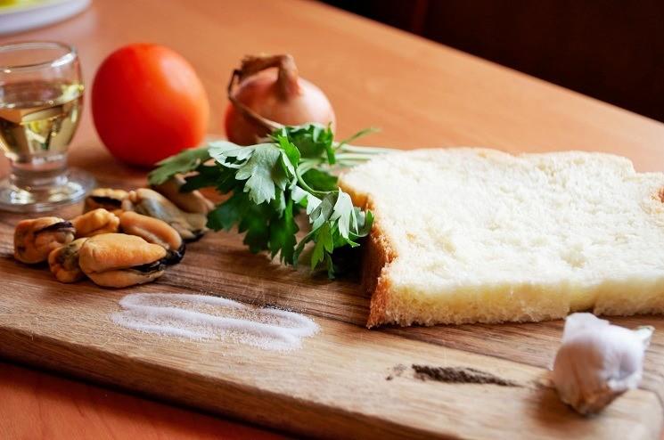 Продукты для брускетты с мидиями и томатами