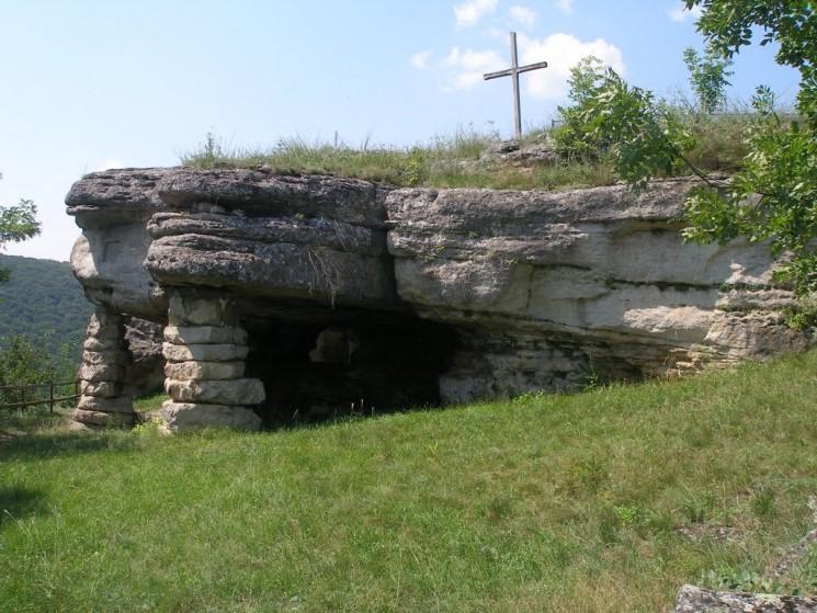 Скальный монастырь (с. Монастырок, Тернопольская область)
