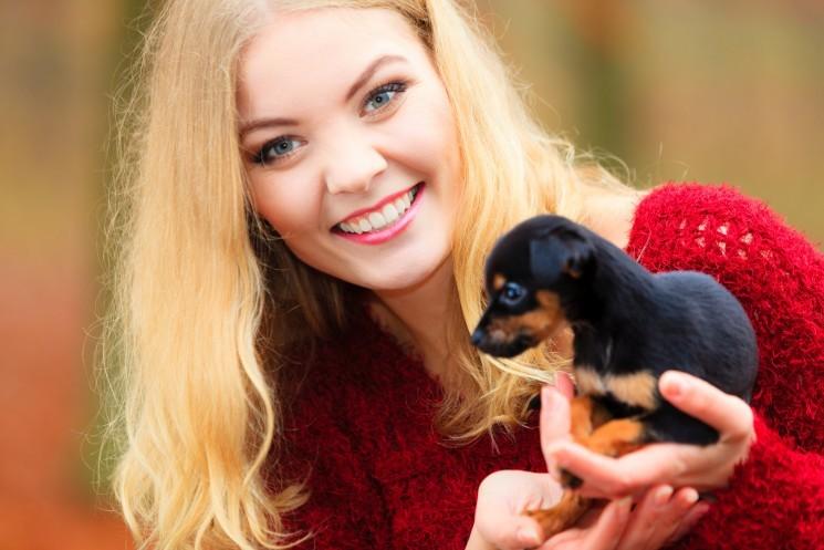 Девушка держит щенка