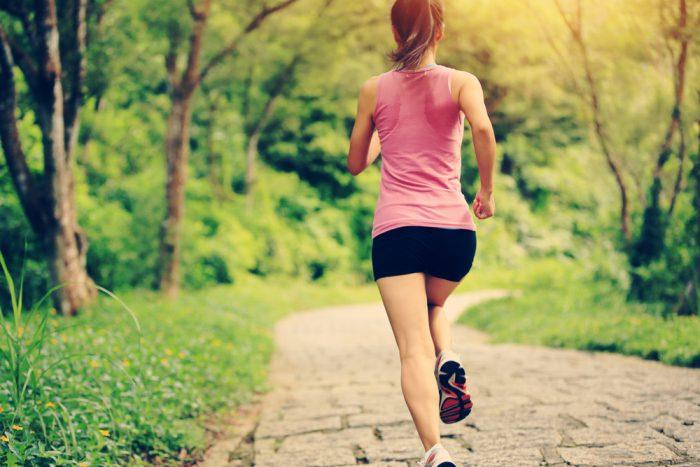 девушка в розовой майке на пробежке