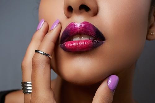 Как создать эффект омбре на губах?