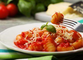 Ньокки с красным соусом на белой тарелке