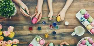 красками и кисточками красят яйца