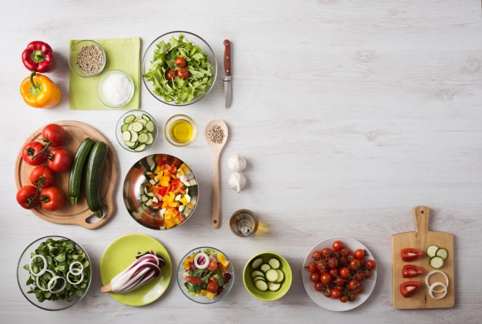 Овощные салаты и овощи в тарелках и на досточке
