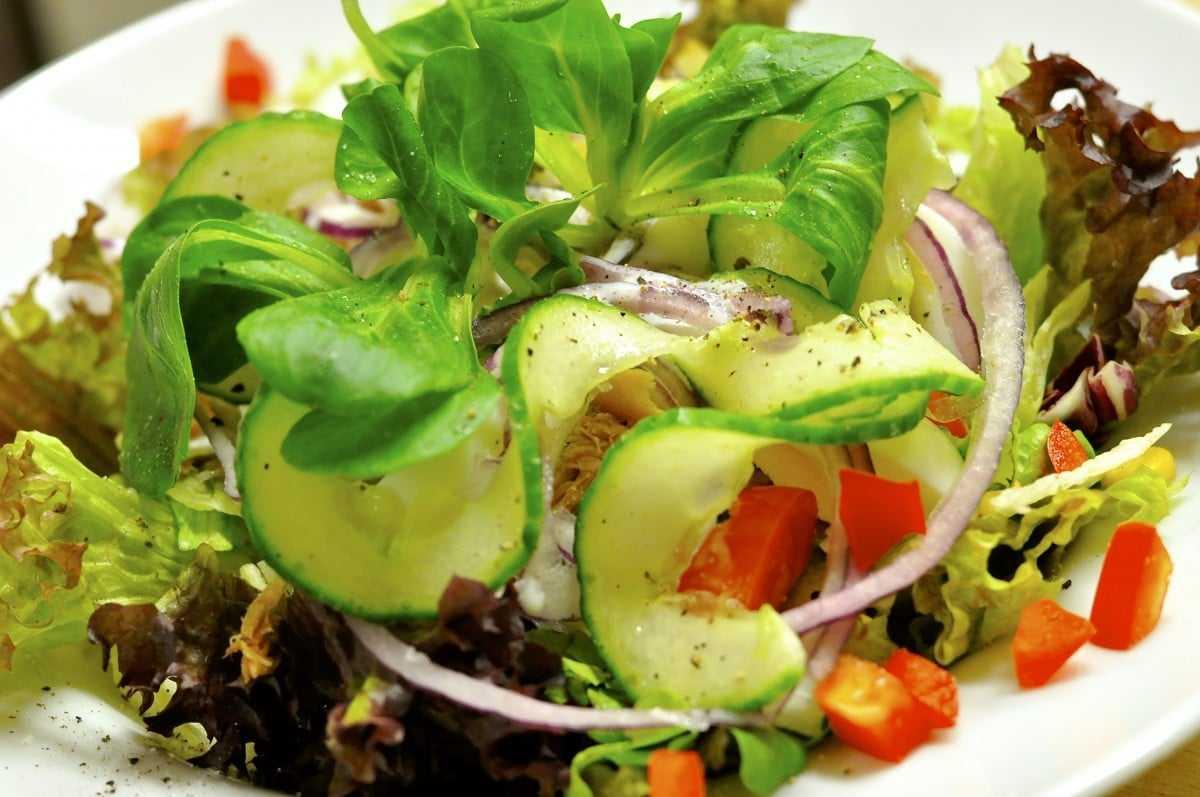 Рецепты свежих весенних салатов - Весенний овощной салат с сыром