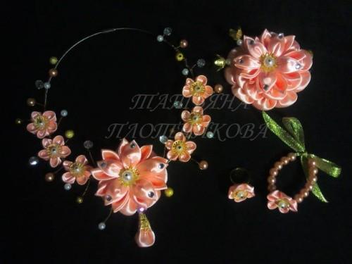 Комплект украшений «Прелесть» из атласных лент по технике канзаши