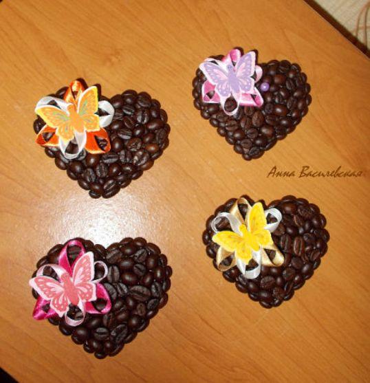 Магниты из кофейных зерен в виде сердца и атласных украшений