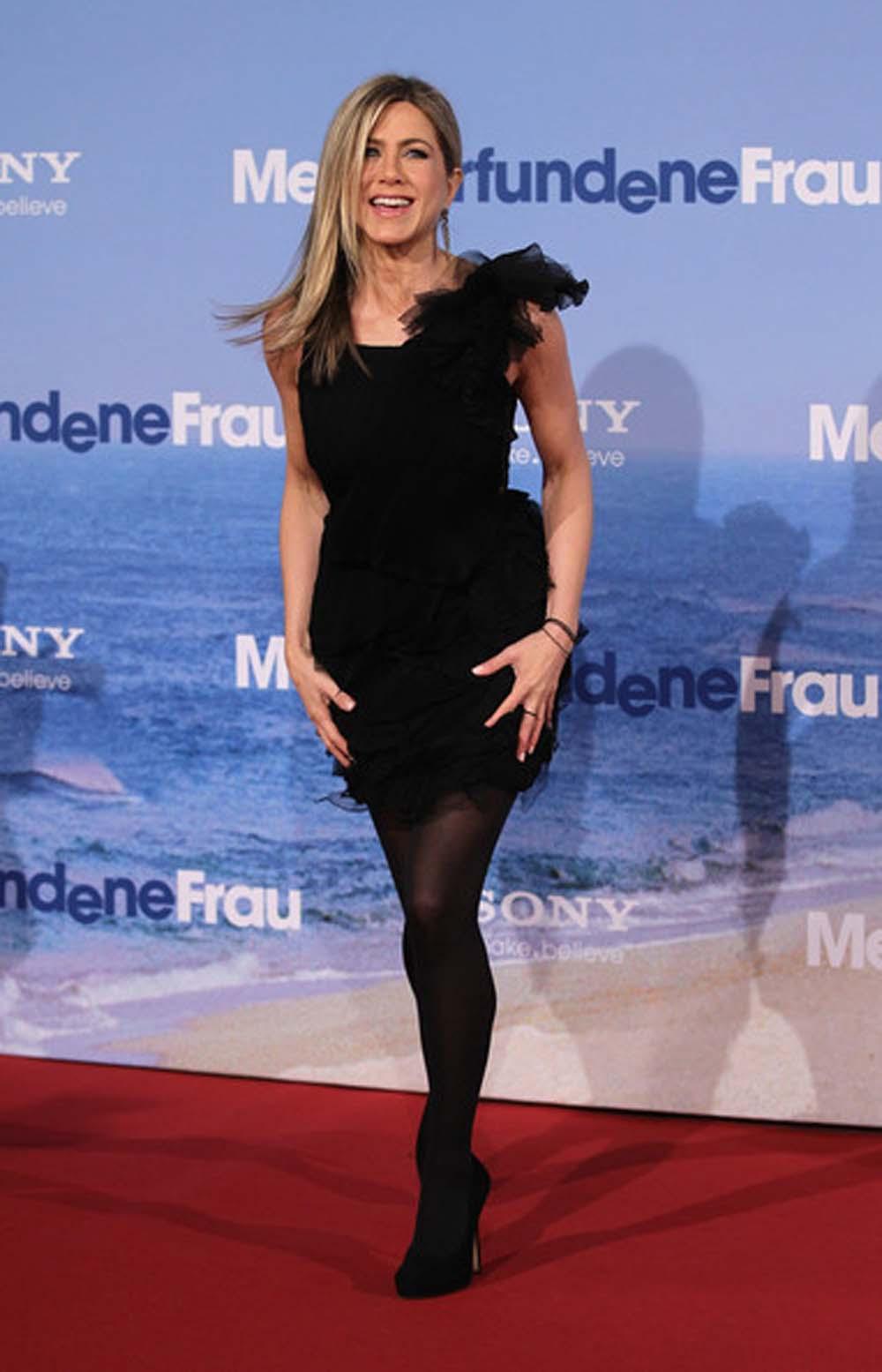 Дженнифер Энистон в маленьком черном платье
