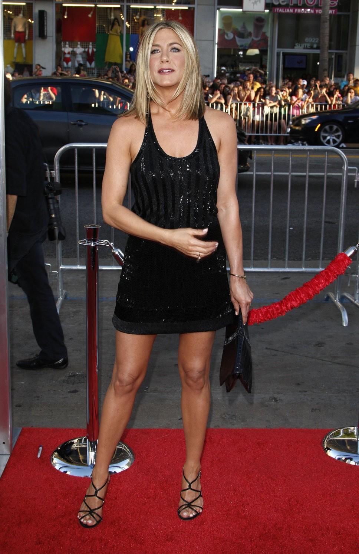 Дженнифер Энистон в маленьком черном платье 2