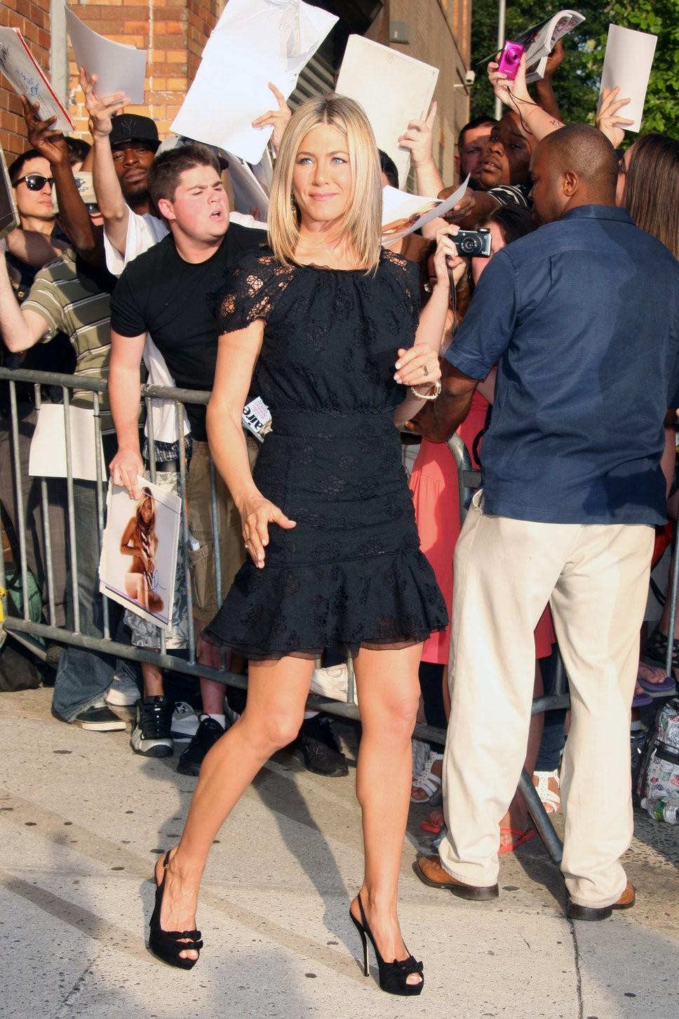 Дженнифер Энистон в маленьком черном платье 3
