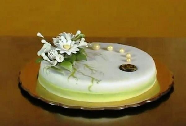 Украшение торта при помощи мастики