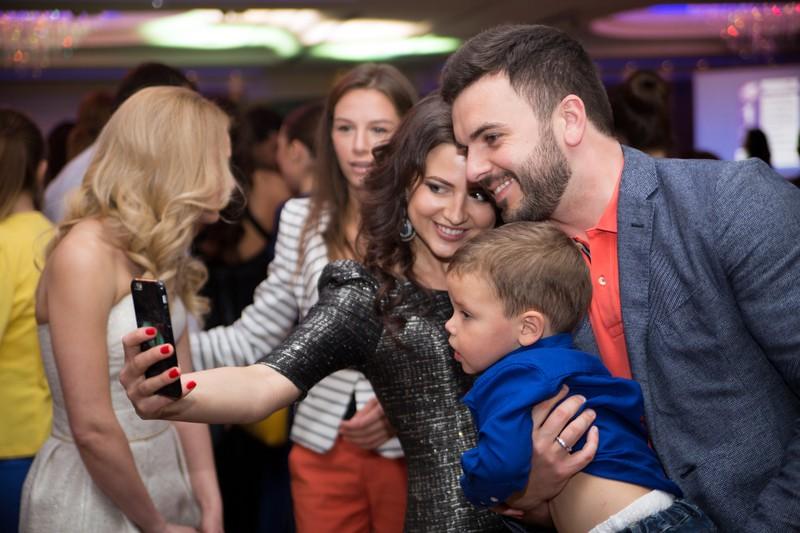 Григорий Решетник с поклонниками на показе от украинского женского бренда одежды LOVE