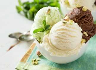 Три шарика мороженого на белой тарелке