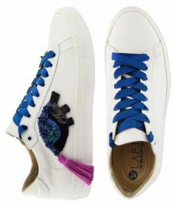 Белые кеды с синими шнурками