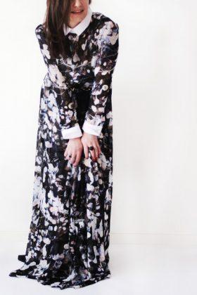 Девушка в платье из шифона с цветочным принтом и белым воротничком и манжетами