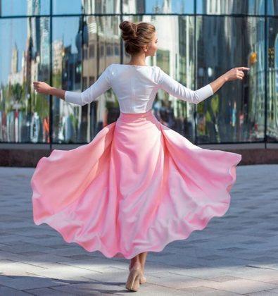 Девушка в белой кофте и розовой юбке
