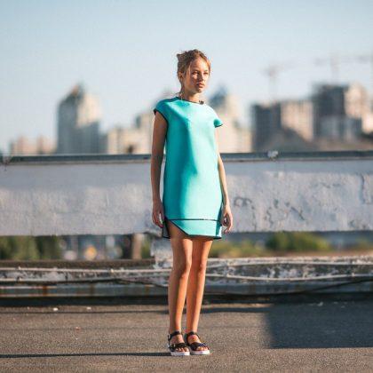 Девушка в платье- неопрен