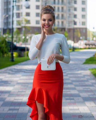 Девушка в белой кофте и красной юбке