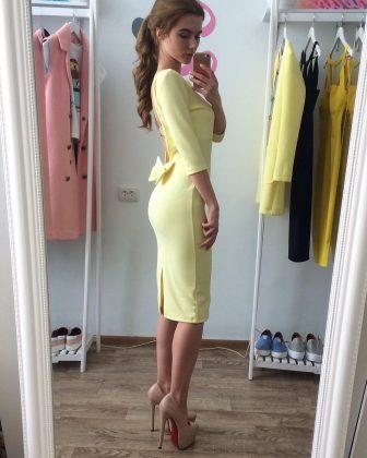 Девушка в нежно желтом платье ниже колен