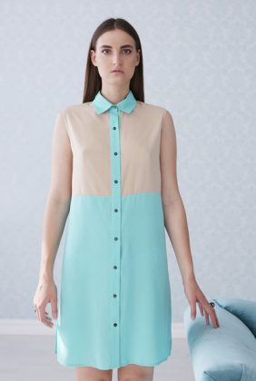 Девушка в платье в стиле колор-блок из натурального хлопка