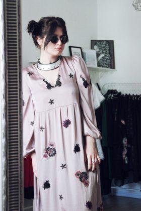 Девушка в розовом платье из искусственного шелка