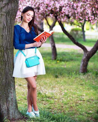 Девушка в синей кофте и белой юбке