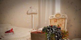 Гроздь винограда на белом круглом столике