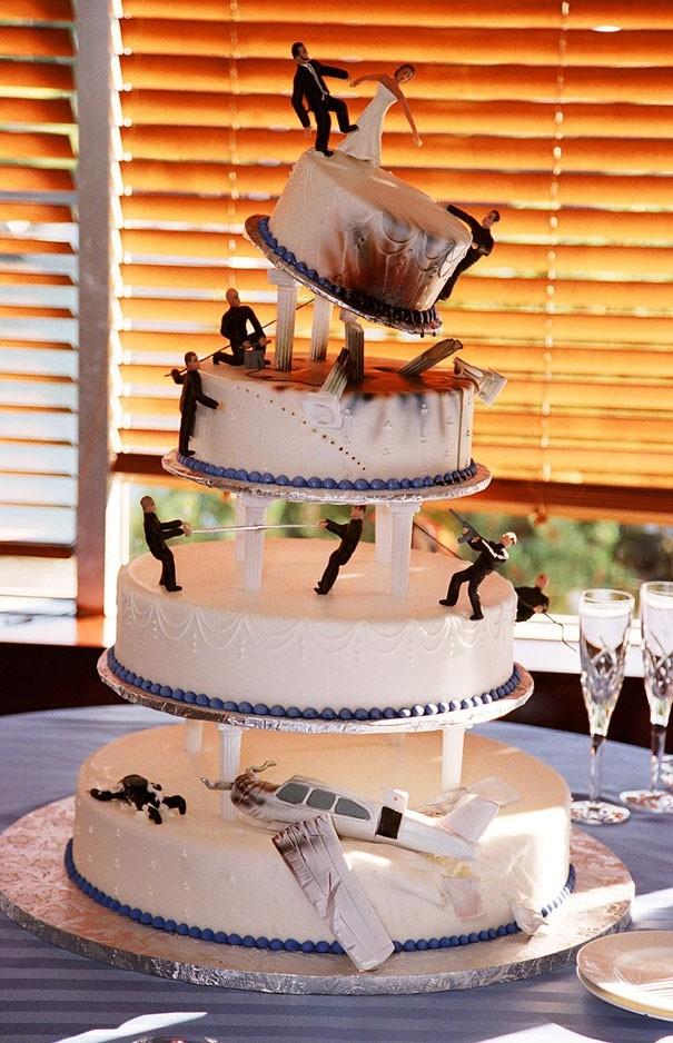 Фигурки жениха и невесты - Самые необычные свадебные торты 10