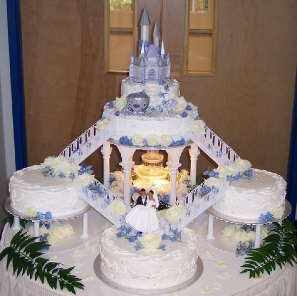 Фигурки жениха и невесты - Самые необычные свадебные торты 17