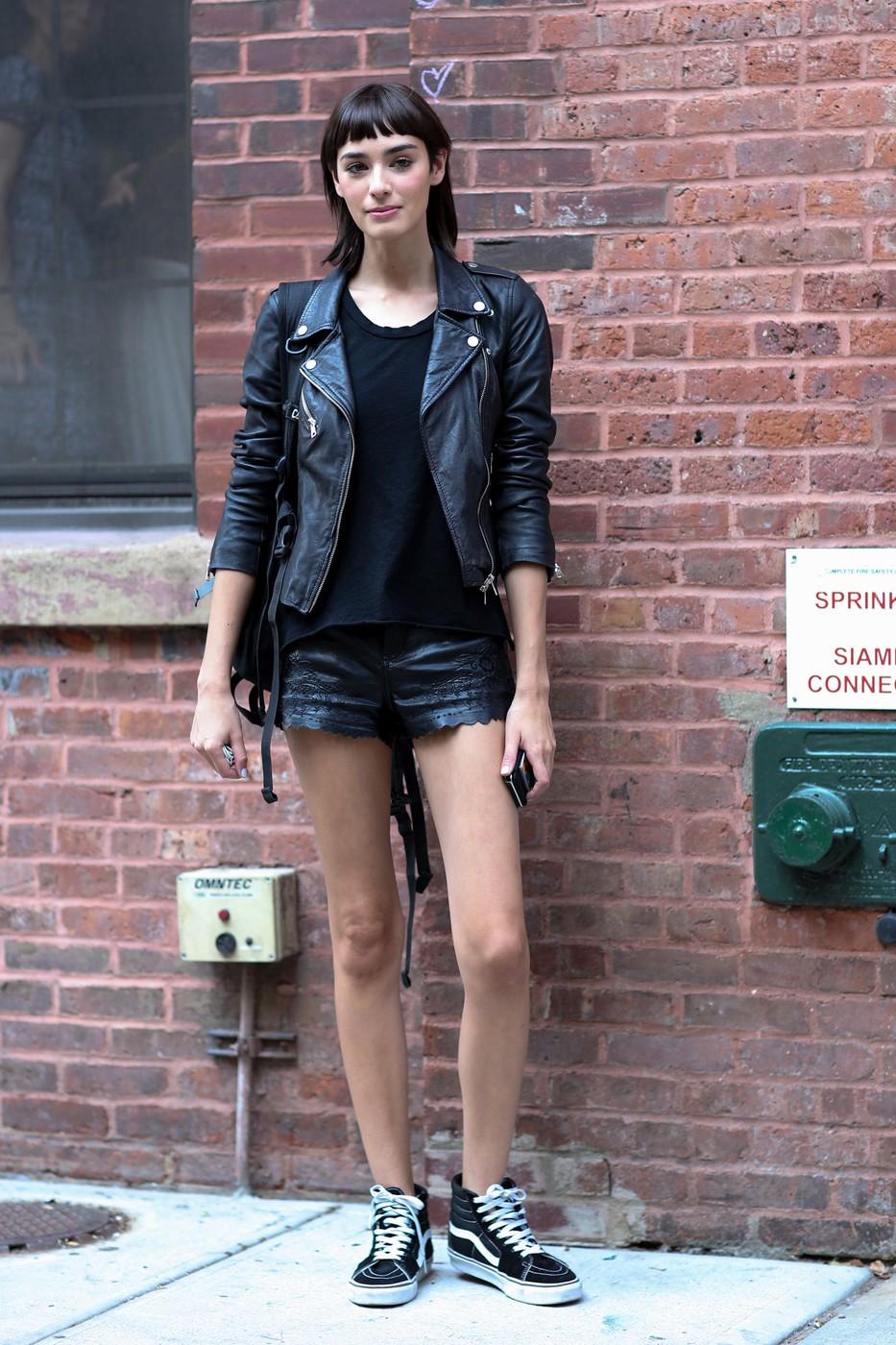Кожаные шорты с перфорацией и кожаная куртка