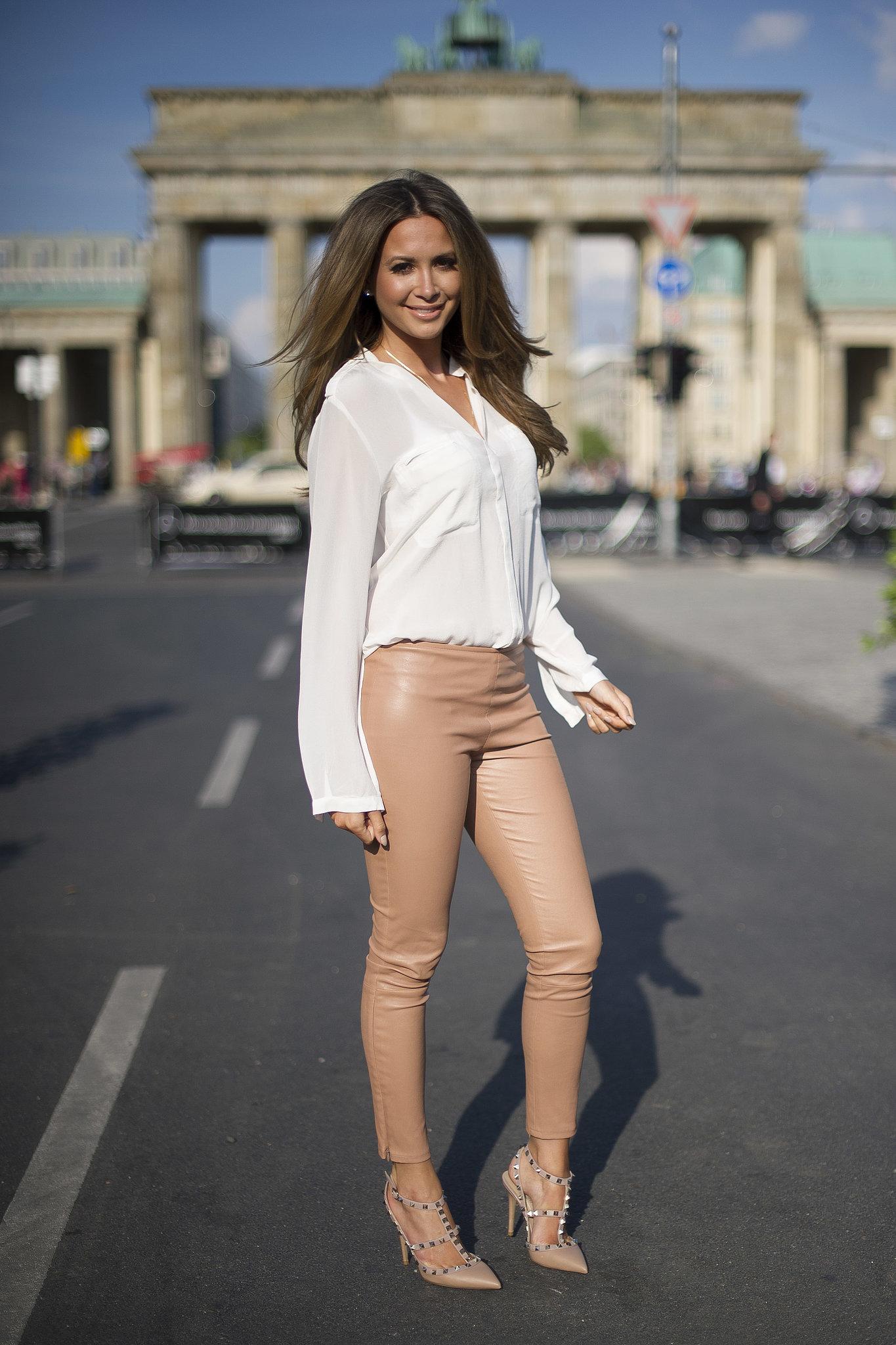 Образ с кожаными штанами нежно-розового цвета